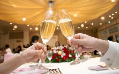 結婚式の乾杯 沖縄では「着席」したまま?